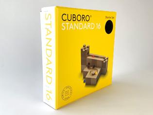 このキュボロ・スタンダードは、5cmの立方体、13種類の16ピースで構成されているキュボロのスタート用のセットを箱から取り出して組み合わせ、ビー玉が転がる道を作った状態です。