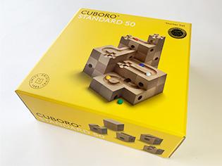 このキュボロ・スタンダードは、5cmの立方体、13種類の54ピースで構成されているキュボロのスタート用のセットを箱から取り出して組み合わせ、ビー玉が転がる道を作った状態です。