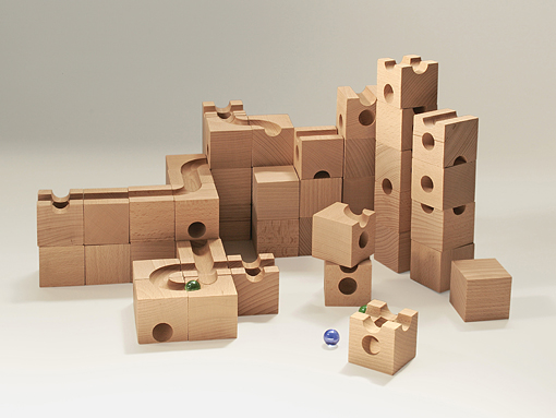 このキュボロ・スタンダードは、5cmの立方体、13種類の54ピースで構成されているキュボロのスタート用のセットを箱から取り出して組み合わせ、ビー玉が転がる道を作ったた状態です。