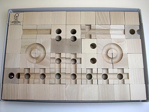 キュボロ・スタンダードセットの外箱を開けた状態を上から撮影しています。キュボロ・スタンダードは、5cmの立方体、13種類の54ピースで構成されています。